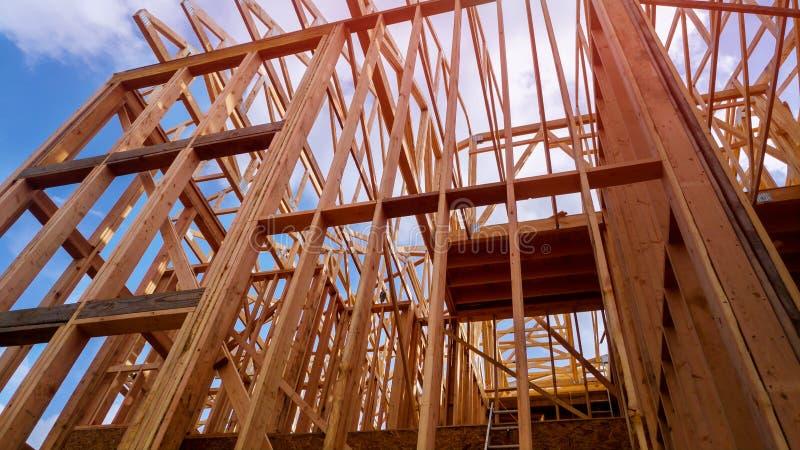 Nowa budowa dom Obramiał nową budowę Domowy budynek up ziemia obrazy stock