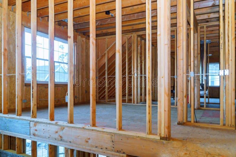 Nowa budowa dom Obramiał nową budowę Domowy budynek up ziemia zdjęcie stock