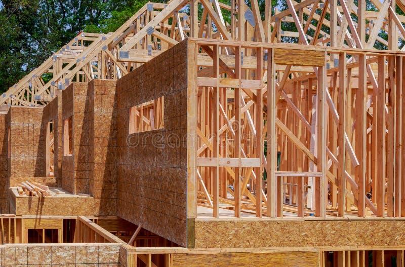 Nowa budowa dom Obramia? now? budow? Domowy budynek up ziemia obraz royalty free