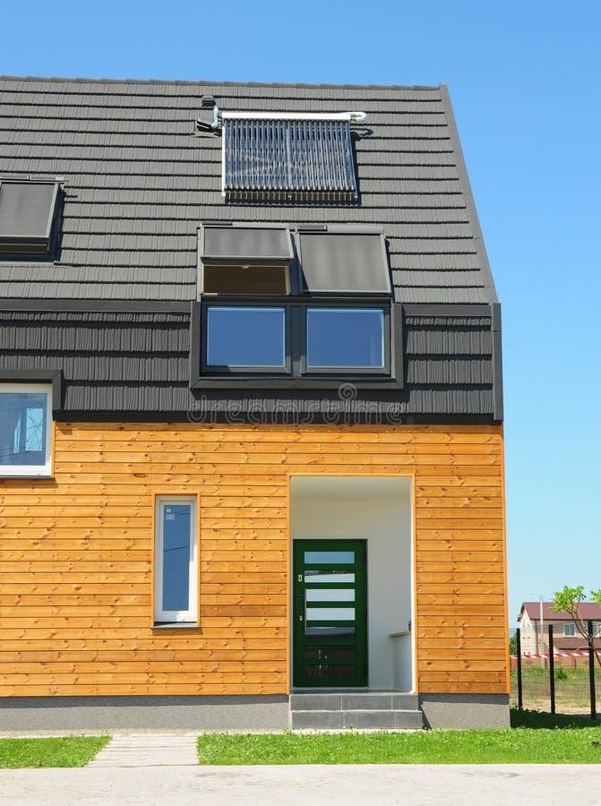 Nowa budynku domu energia słoneczna, Słoneczny Wodny nagrzewacz, panel słoneczny, Skylights, Instalujący na dachu asfaltu gontach obrazy stock