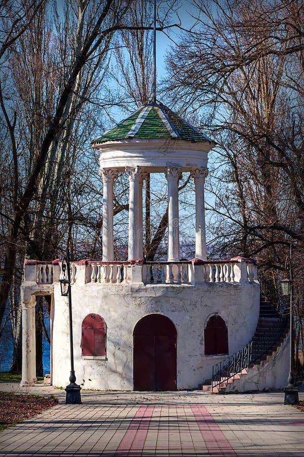 Nowa Kakhovka, Ukraina, Kwiecień 13, 2018 - Biała altana w parku obraz stock