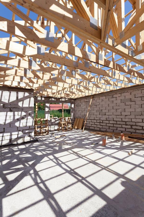 Nowa mieszkaniowa drewniana budowa domu otoczka Budować dach z drewnianymi miedzami obraz royalty free