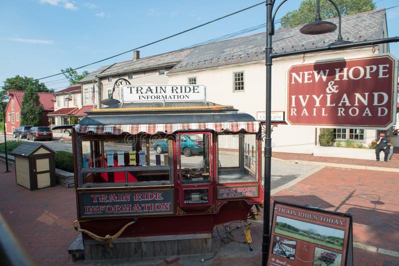 NOWA nadzieja, PA - SIERPIEŃ 11: Nowa nadziei i Ivyland sztachetowa droga jest dziedzictwo pociągu linią dla gości iść na turysty fotografia stock