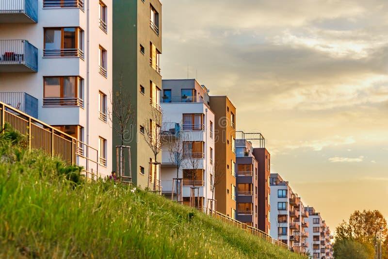 Nowa nowożytna powikłana piękna mieszkanie domu budowy płaska hipoteka na zmierzchu zdjęcia royalty free
