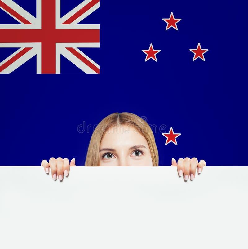 nowa podr?? Zealand Szczęśliwy dziewczyna uczeń z Nowa Zelandia flagą zdjęcia royalty free