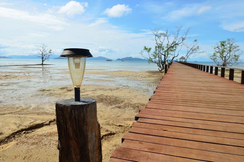 Nowa słoneczna lampa na drewno moscie fotografia royalty free