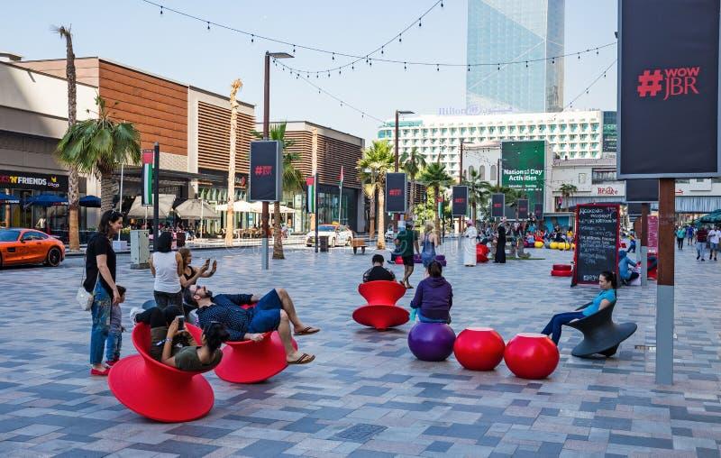 Nowa społeczeństwo plaża - Jumeirah Plażowa siedziba JBR z 2 km deptakiem obrazy royalty free