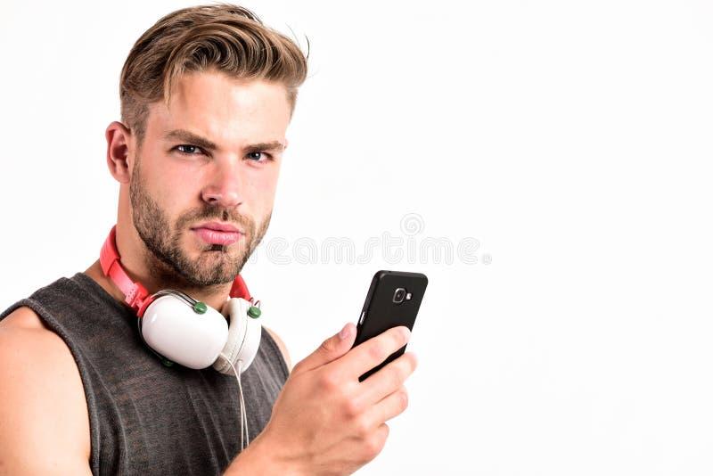 Nowa technologia w nowoczesnym ?yciu seksowny mięśniowy mężczyzna słucha muzykę mężczyzna słucha nową piosenkę odizolowywającą na obraz stock