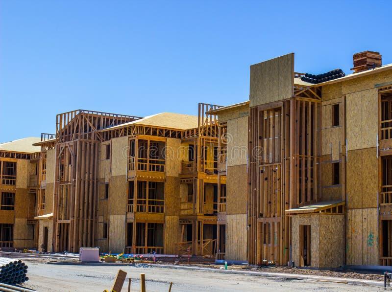 Nowa trzy opowieści mieszkania budowa & otoczka obraz royalty free