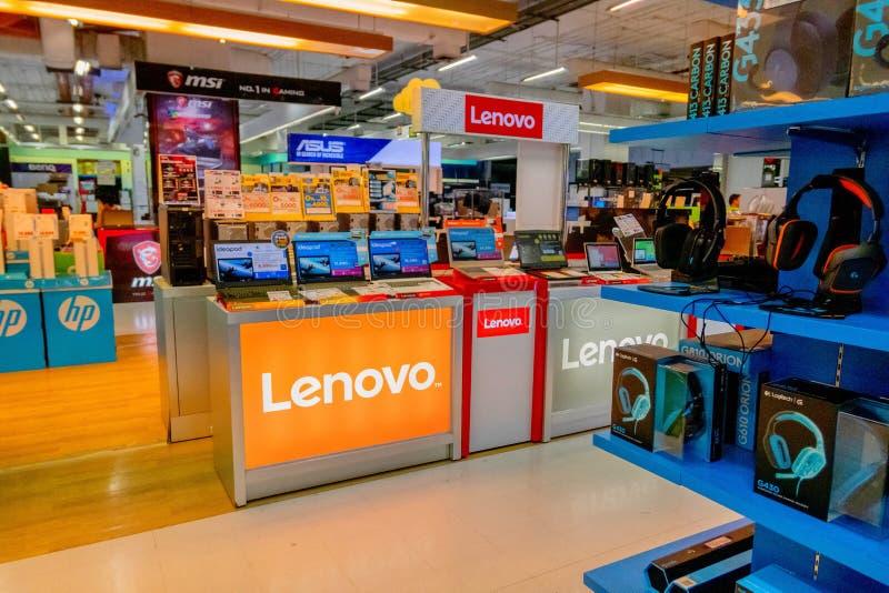 Nowa wersja Lenovo laptop w Lenovo komputerowy budka przy Bangkok domem towarowym Tajlandia Kwiecień 14, 2018 zdjęcie stock