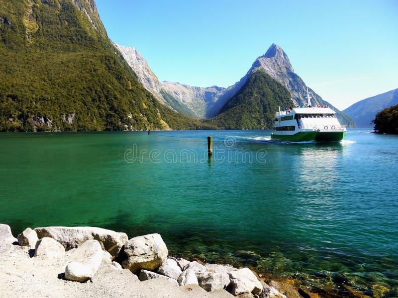 Nowa Zelandia, Sceniczny Fjord krajobraz, Milford dźwięka rejs obraz royalty free