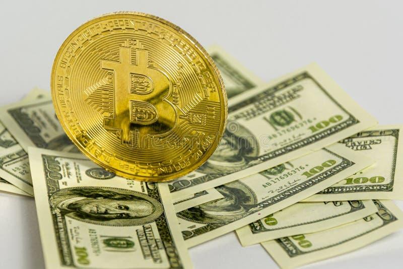 Nowe cyfrowe pieniądze i banknoty dolarów w jasnym tle Wymiana kryptowalut na dolary obraz royalty free