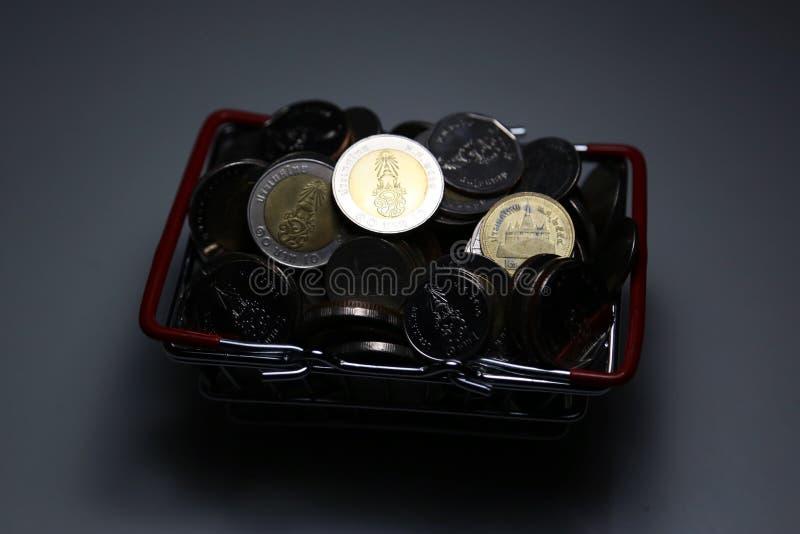 Nowe inkasowe Tajlandia bahta monety wypiętrzają pieniądze w koszu zdjęcie stock