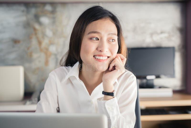 Nowe pokolenie azjata biznesowa kobieta używa laptop przy biurem, Azja zdjęcie royalty free