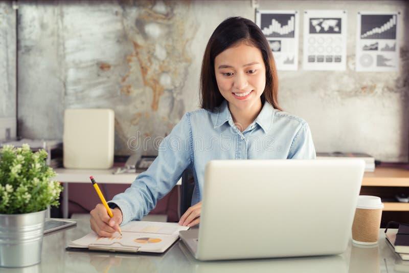 Nowe pokolenie biznesowa kobieta pracuje z notatnikiem, azjata w obraz stock