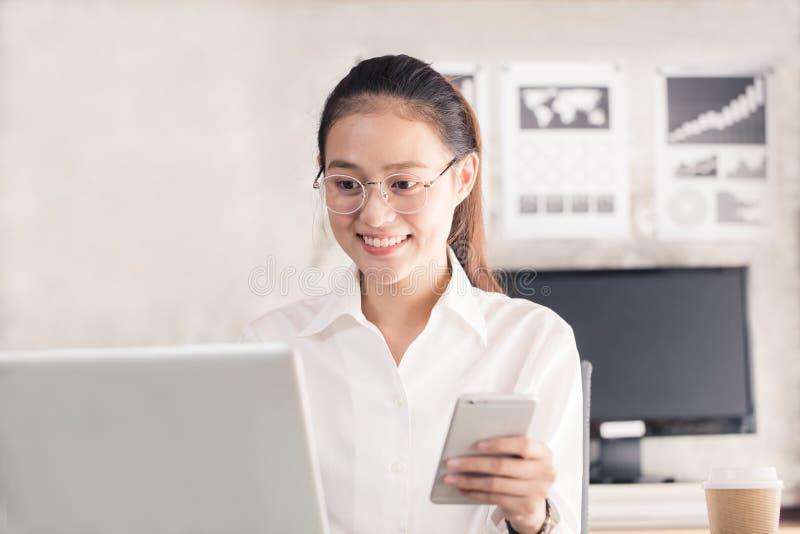 Nowe pokolenie biznesowa kobieta używa smartphone obrazy stock