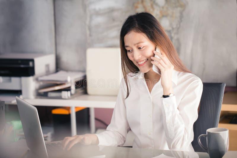 Nowe pokolenie biznesowa kobieta używa smartphone, Azjatycka kobieta jest h zdjęcie royalty free
