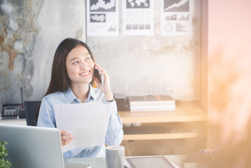 Nowe pokolenie biznesowa kobieta używa smartphone, Azjatycka kobieta jest h zdjęcia stock