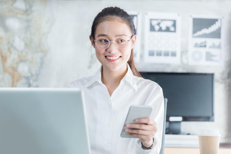 Nowe pokolenie biznesowa kobieta używa smartphone, Azjatycka kobieta jest h zdjęcia royalty free