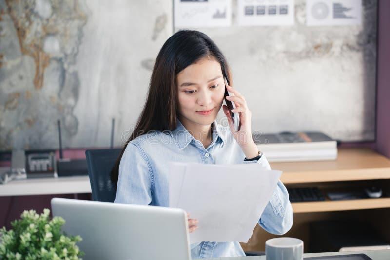 Nowe pokolenie biznesowa kobieta używa smartphone, Azjatycki kobiety worek obraz royalty free