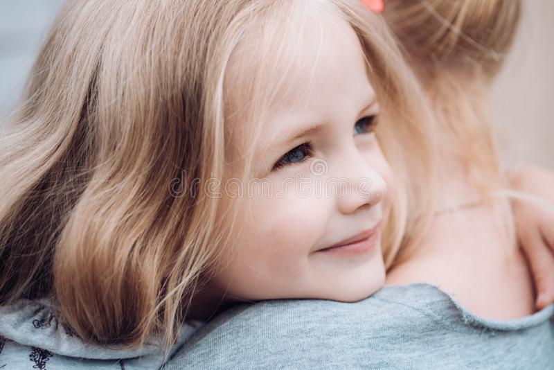 nowego życia Wartości rodzinne kocham cię Children dzień Mała dziewczynka Mała dziewczynka obejmuje jej matki Lato zdjęcia royalty free