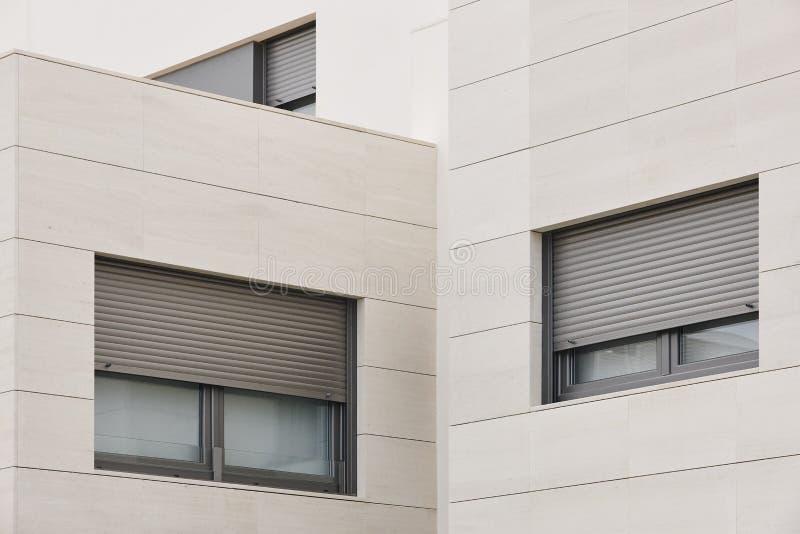 Nowego budynku zewnętrzna fasada z płytkami Budowa zakup obraz royalty free