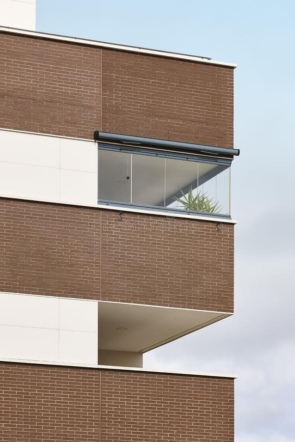 Nowego budynku zewnętrzna fasada z tarasem Budowa zakup obraz stock