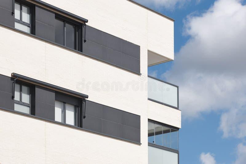 Nowego budynku zewnętrzna fasada z tarasem Budowa zakup zdjęcie royalty free