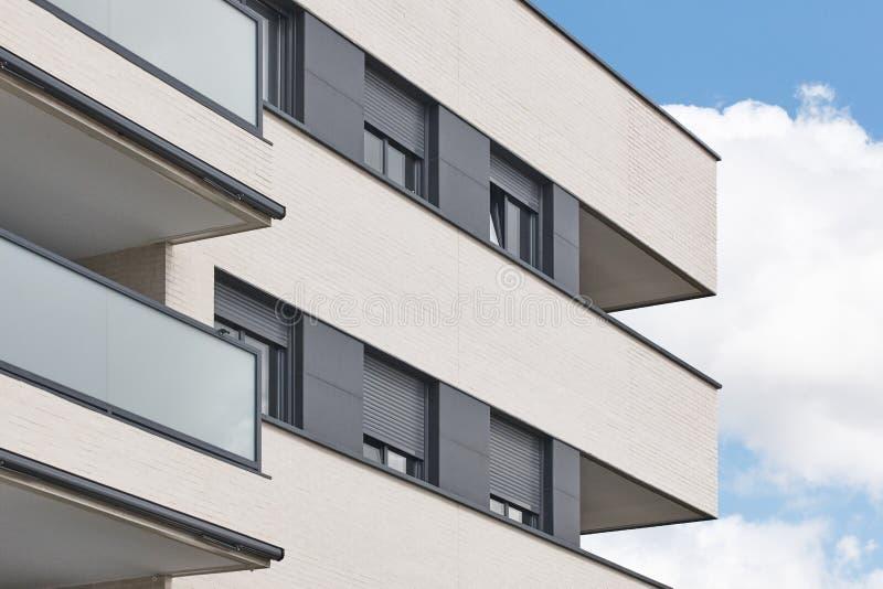 Nowego budynku zewnętrzna fasada z tarasem Budowa zakup zdjęcia royalty free
