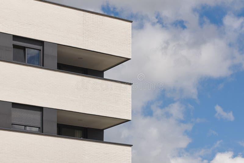 Nowego budynku zewnętrzna fasada z tarasem Budowa zakup obrazy stock