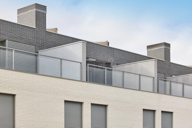 Nowego budynku zewnętrzni fasadowi attyki z tarasem Budowa fotografia stock