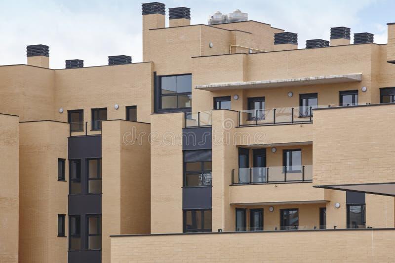 Nowego ceglanego domu zewnętrzna fasada z tarasami Budowa zdjęcie royalty free