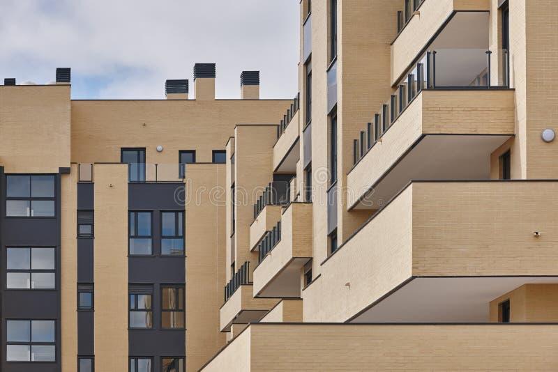 Nowego ceglanego domu zewnętrzna fasada z tarasami Budowa zdjęcia stock