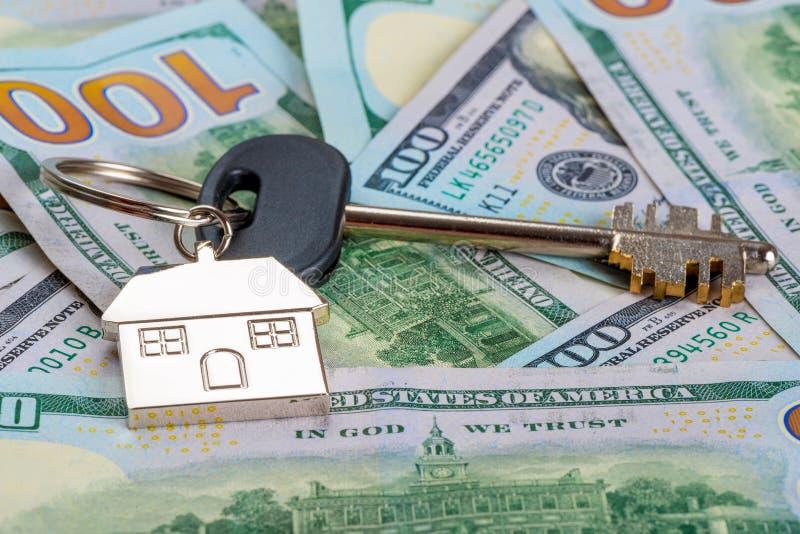 nowego domu klucz na stosie amerykańscy dolary fotografia royalty free