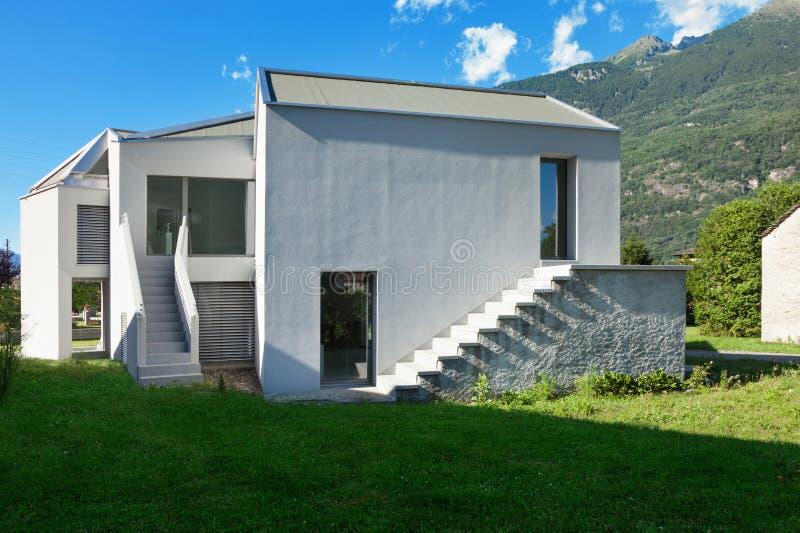 Download Nowego domu widok od łąki obraz stock. Obraz złożonej z sceniczny - 57670025