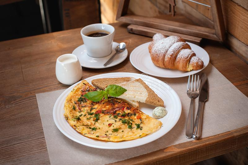 Nowego Roku śniadaniowy omlet z zieleniami, croissant i kawą, zdjęcie stock