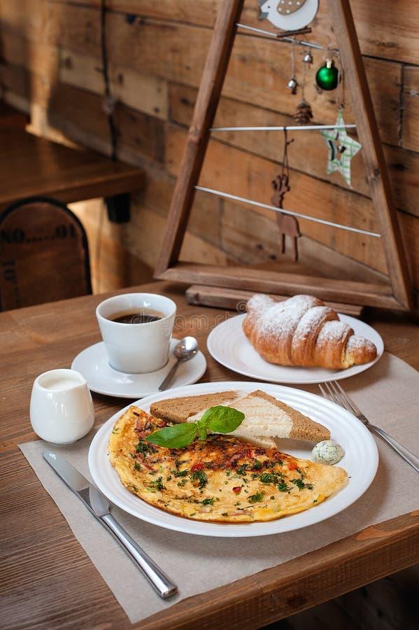 Nowego Roku śniadaniowy omlet z zieleniami, croissant i kawą, obraz stock