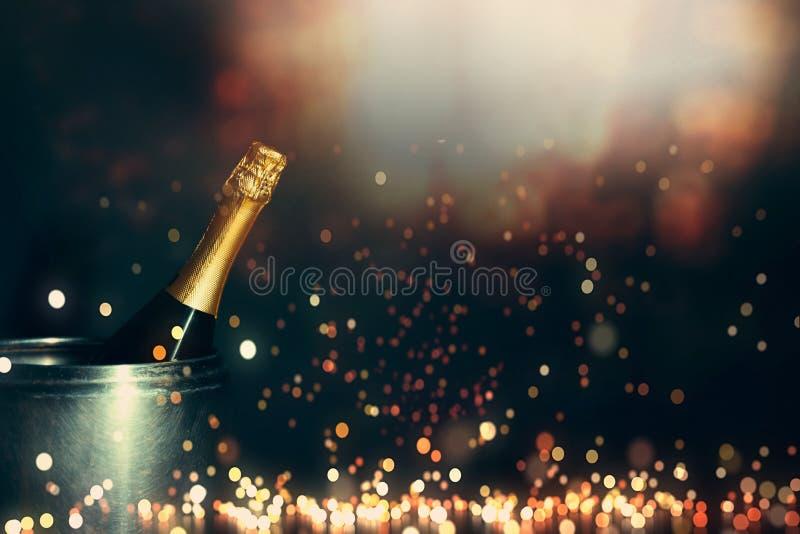 Nowego Roku świętowania 2019 pojęcie Butelka szampan na tle wakacji świateł projekt zdjęcia stock