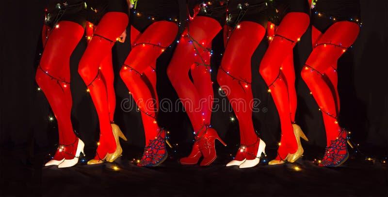 Nowego roku dancingowy skład kusić kobiety iść na piechotę z girlandy iluminacją zdjęcie stock