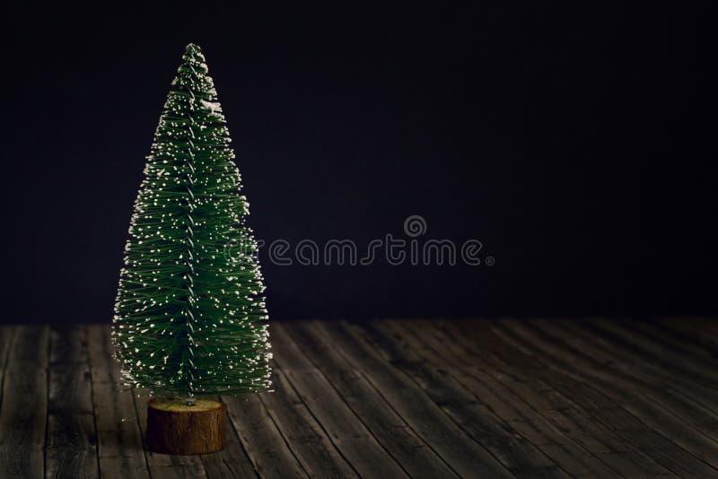 Nowego Roku drzewo na ciemnego czerni i drewna tle fotografia royalty free