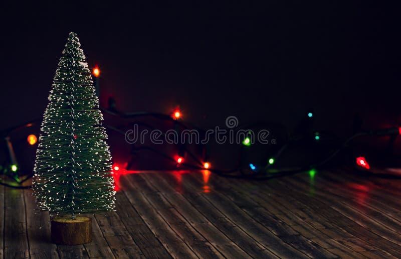 Nowego Roku drzewo na ciemnym tle z girlandą obraz royalty free