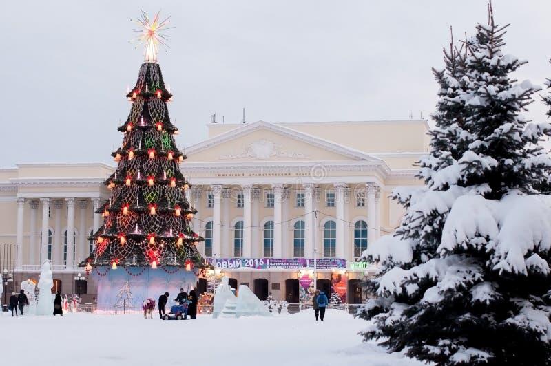 Nowego Roku drzewo na kwadracie przed Tyumen dramata Theatre obrazy stock