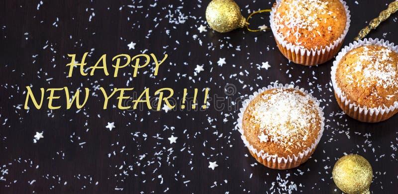 Nowego roku i bożego narodzenia pojęcia sztandar z domowej roboty kokosowym słodka bułeczka zmroku tłem Odgórny widok obraz royalty free