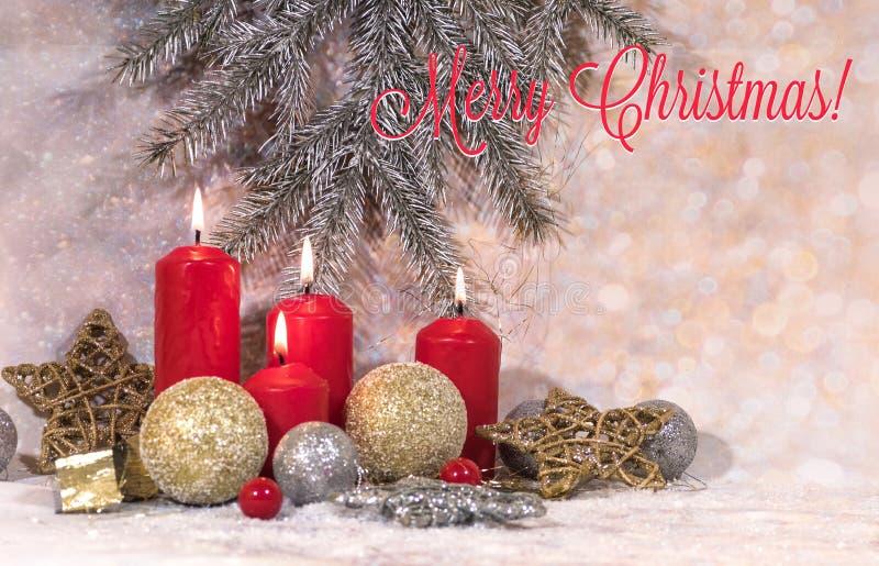nowego roku karty Bożenarodzeniowe czerwone świeczki w lekkiej Bożenarodzeniowej dekoracji, wianku jodeł gałąź, szklanych piłkach zdjęcie royalty free