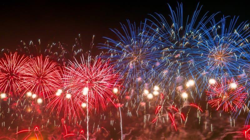 Nowego Roku koloru złociści fajerwerki obraz stock