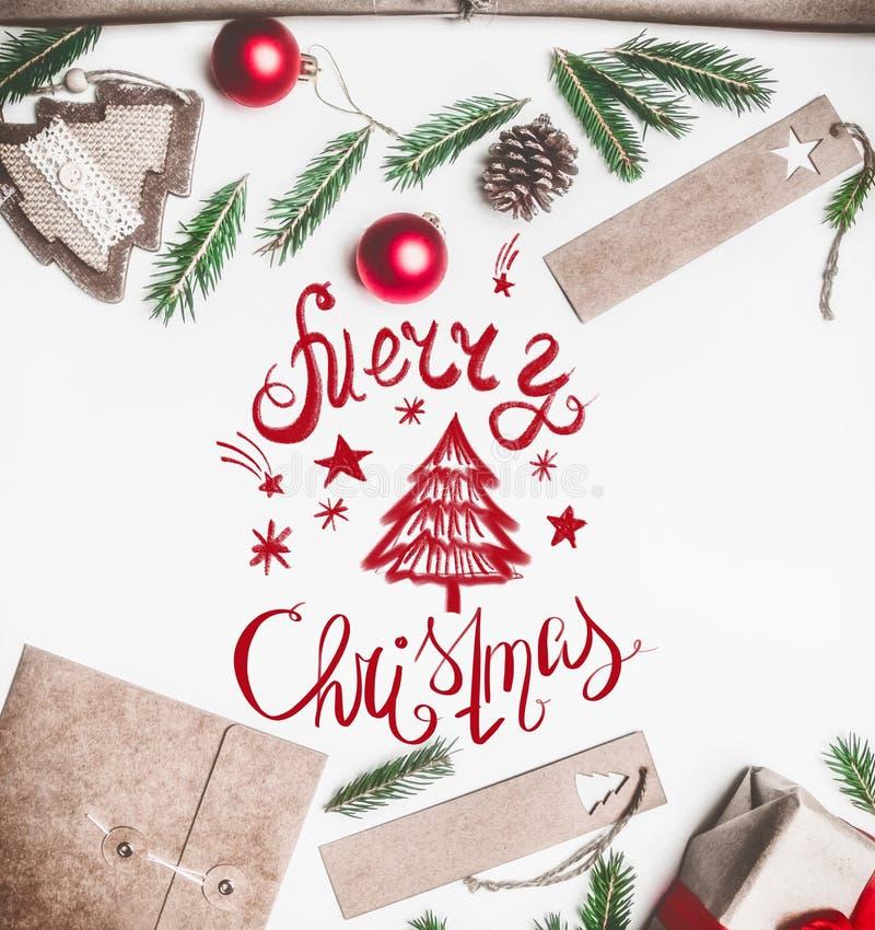 Nowego Roku koncert, zawijający prezent, opakunkowy papier, choinek gałąź i zabawki na białym tle z inskrypcją, zdjęcie royalty free
