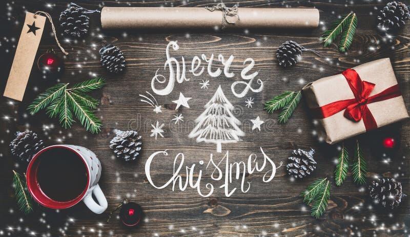 Nowego Roku koncert, zawijający prezent, opakunkowy papier, choinek gałąź i zabawki na drewnianym nieociosanym tle, fotografia royalty free