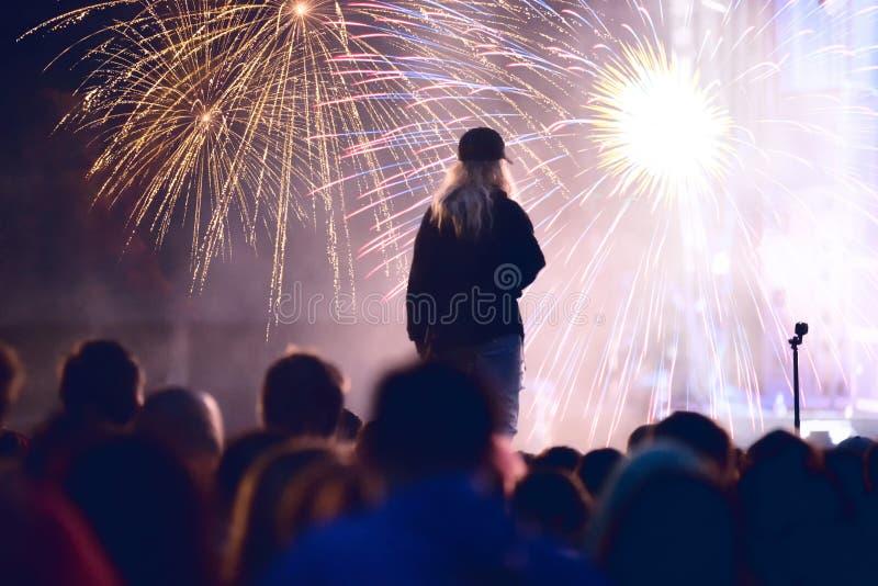 Nowego Roku pojęcie, rozweselający tłumu i fajerwerków zdjęcie royalty free