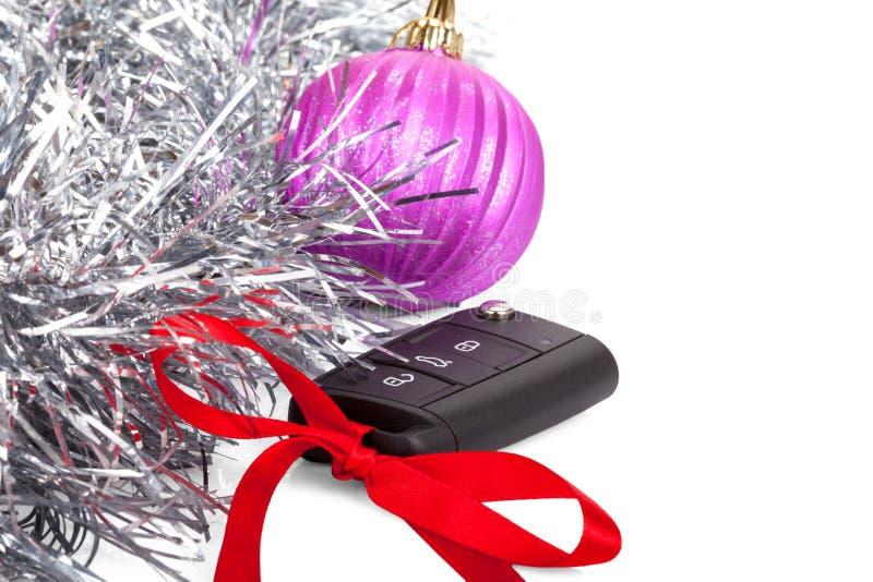 Nowego roku prezent z samochodu kluczem i czerwonym łękiem odizolowywającymi obraz stock