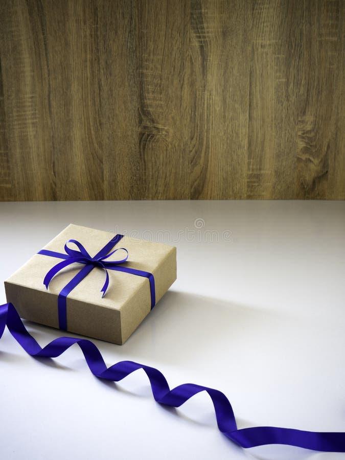 Nowego Roku prezenta pudełko robić faborek wiązał z błękitnym faborkiem zdjęcia royalty free